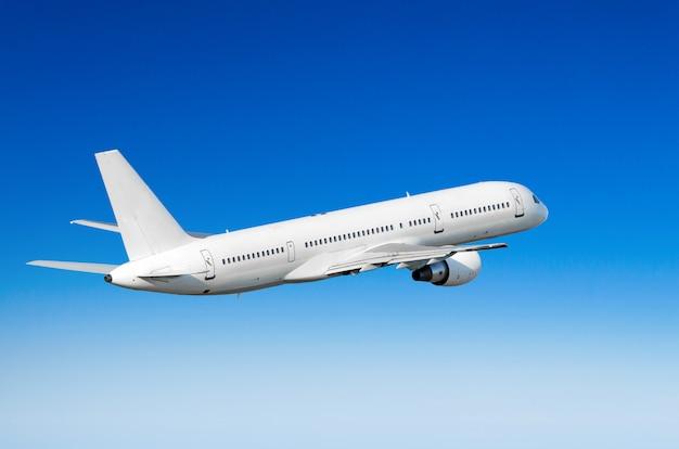 Vliegtuig in de lucht boven de hoogte van de de zonhoogte van de wolkenvlucht.