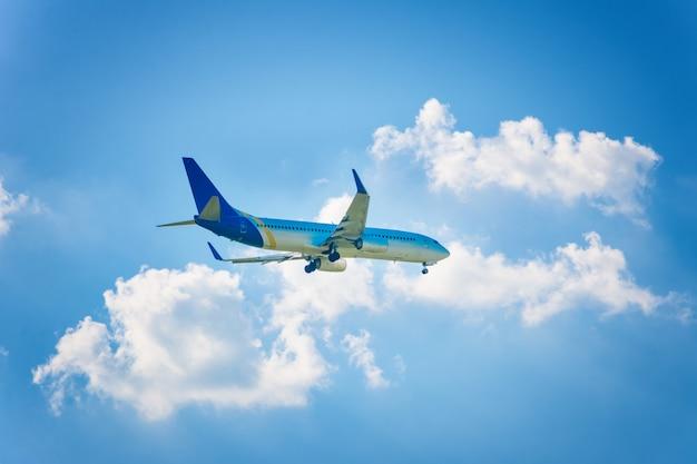 Vliegtuig in de lucht en de wolk