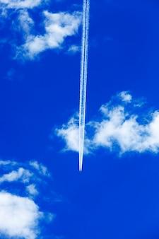 Vliegtuig in de lucht, het vliegtuig tijdens de vlucht in de blauwe lucht, wolk