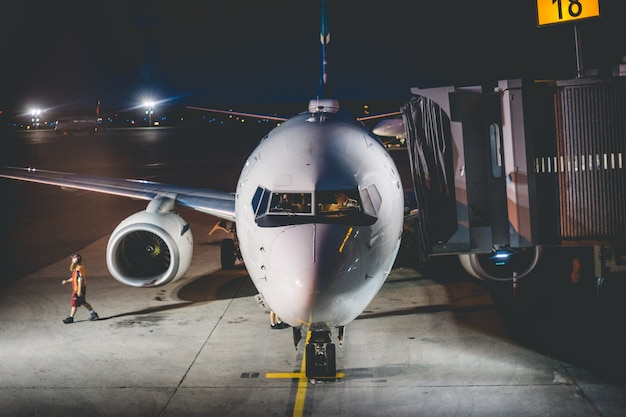 Vliegtuig in de luchthaven in de nacht
