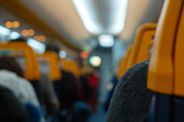 Vliegtuig interieur met passagiers. de vliegtuigcabine zit vol met passagiers. annulering van de vlucht of start van luchtvervoer. onscherpe achtergrond voor uw tekst. corona-uitbraak