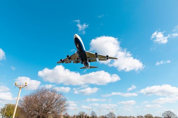 Vliegtuig landing op de luchthaven heathrow in londen
