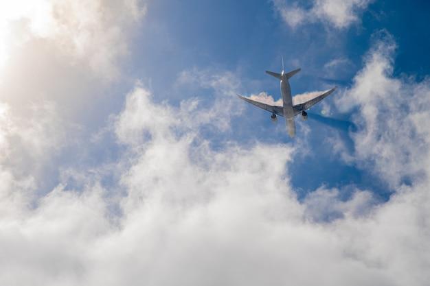 Vliegtuig op blauwe hemel met wolken. reis de wereld rond in de lucht