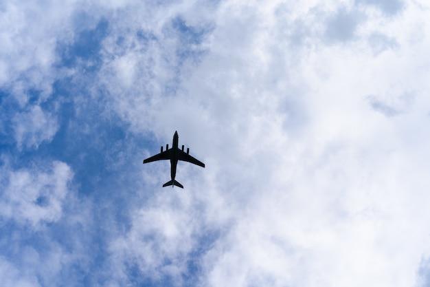 Vliegtuig op de blauwe hemel met wolken