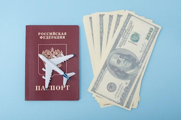 Vliegtuig op de dekking van een russisch paspoort. dollars.