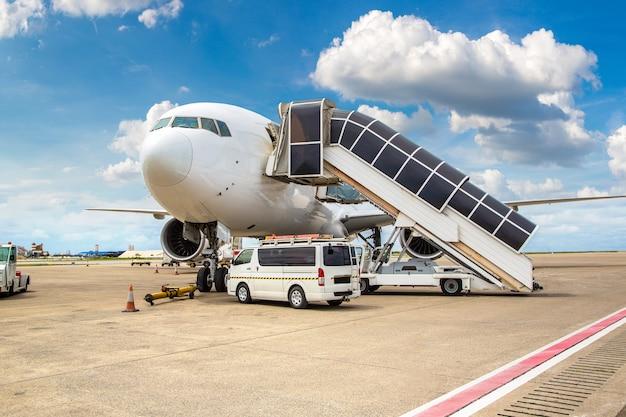 Vliegtuig op de internationale luchthaven van hong kong