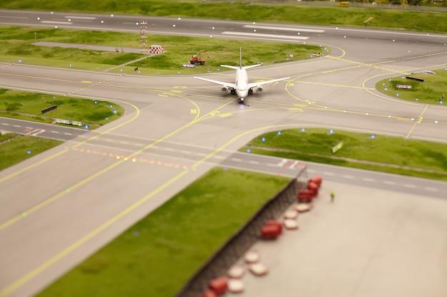 Vliegtuig op de landingsbaan op de luchthaven, realistisch miniatuurmodel