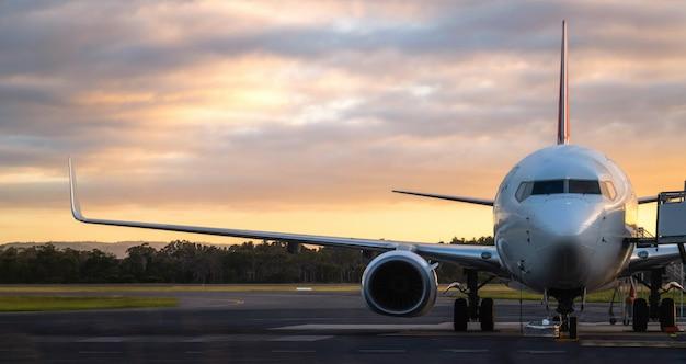 Vliegtuig op de landingsbaan van de luchthaven bij zonsondergang in tasmanië