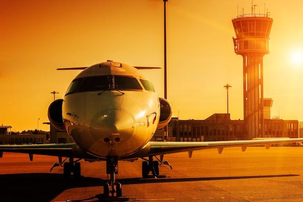 Vliegtuig op de luchthaven bij zonsondergang