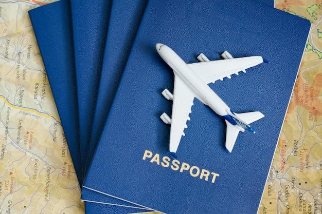 Vliegtuig op de paspoorten