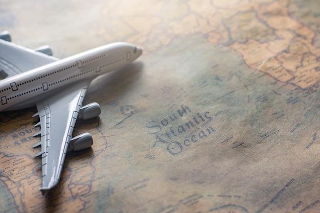 Vliegtuig op document kaart voor de ontdekkingsbeeld van het reisavontuur