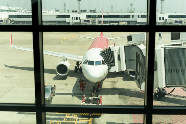 Vliegtuig op het vliegveld prepairing voor de vlucht met lodder ter plaatse.
