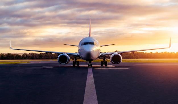 Vliegtuig op luchthavenbaan bij zonsondergang in tasmanië