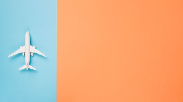 Vliegtuig op verschillende kleurenachtergrond