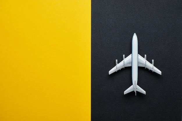 Vliegtuig op zwart en geel met kopie ruimte en bovenaanzicht