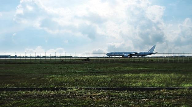 Vliegtuig opstijgen in transportbedrijf op baanstrook