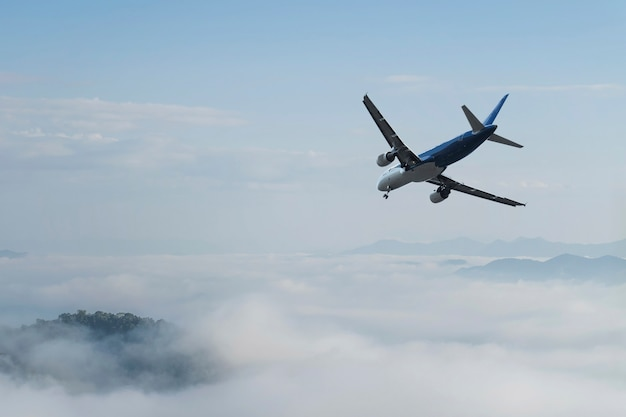 Vliegtuig over de wolken,