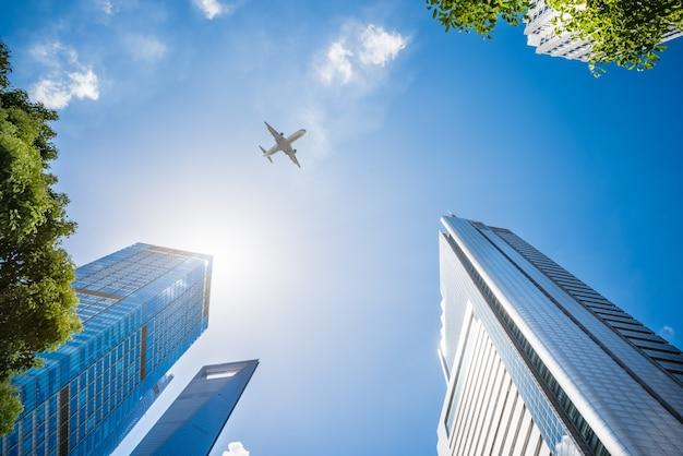 Vliegtuig over wolkenkrabbers