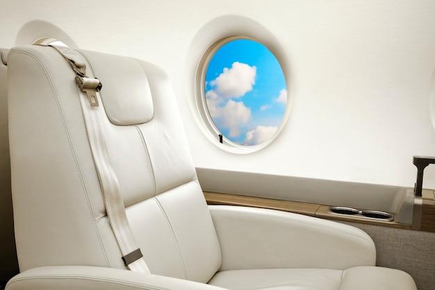 Vliegtuig patrijspoort met uitzicht op wolken, vlucht per business class