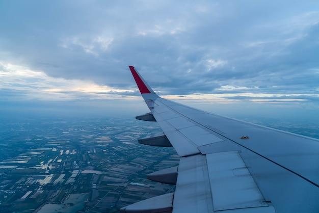 Vliegtuig vliegt boven wolken