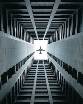 Vliegtuig vliegt over de gebouwen.