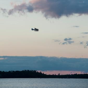 Vliegtuig vliegt over lake of the woods, ontario