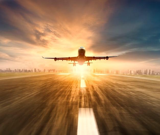 Vliegtuig vliegt over start-en landingsbaan luchthaven