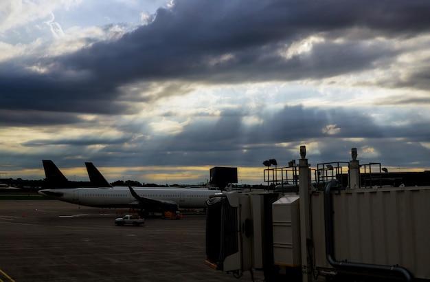 Vliegtuigbrug in luchthaven voor passagiers die voor een vliegtuig inschepen