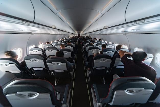 Vliegtuigcabine stoelen met passagiers. economy class van nieuwe goedkoopste low-cost luchtvaartmaatschappijen