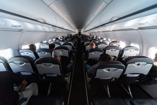 Vliegtuigcabine stoelen met passagiers