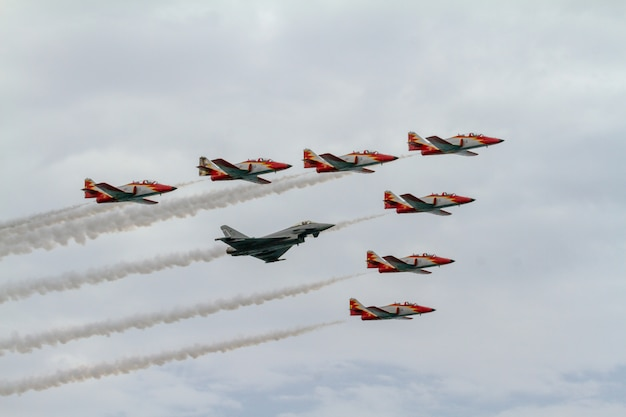 Vliegtuigen casa c-101 van de patrulla aguila en eurofighter typhoon ef-2000
