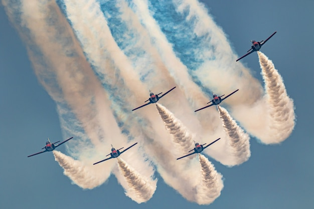 Vliegtuigen casa c-101 van de patrulla aguila nemen deel aan een tentoonstelling op de 14e vliegshow van torre del mar