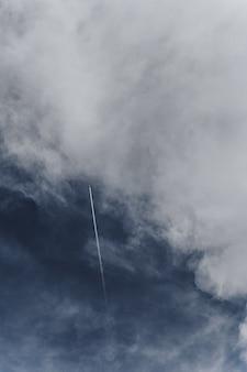 Vliegtuigen die over de bewolkte hemel vliegen