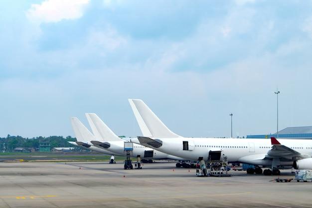 Vliegtuigen geparkeerd op de luchthaven
