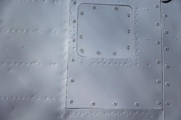 Vliegtuigen huid close-up. klinknagels op grijs metaal. aluminium structuur