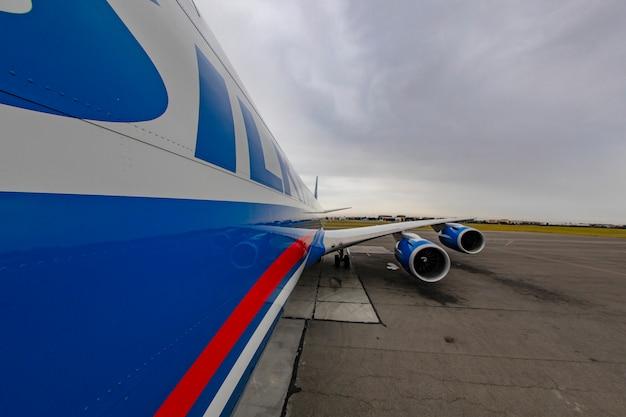 Vliegtuigen met dubbele motor op de piste