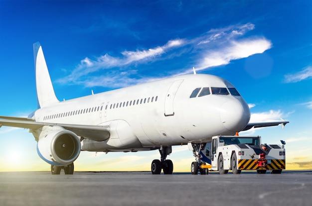 Vliegtuigen om terug te duwen op de luchthaven voordat ze vliegen