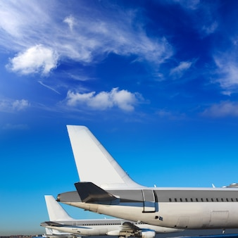 Vliegtuigen op een rij onder blauwe hemel