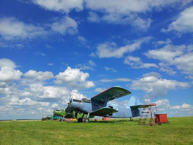 Vliegtuigen op gras