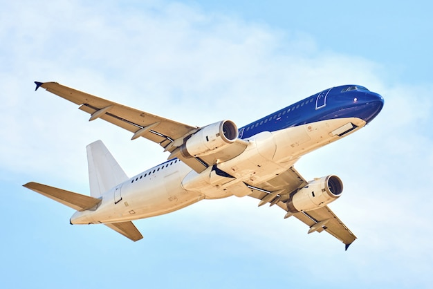 Vliegtuigen over blauwe hemel