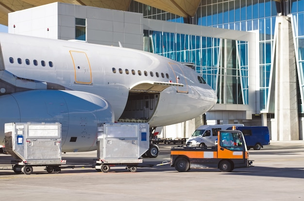 Vliegtuigen staan op de parkeerplaats op de luchthaven, klaar om passagiers bagage te laden.