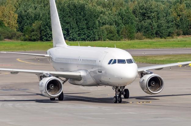 Vliegtuigen taxiën op de luchthaven op het spoor