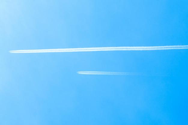 Vliegtuigen vliegen hoog in de lucht.