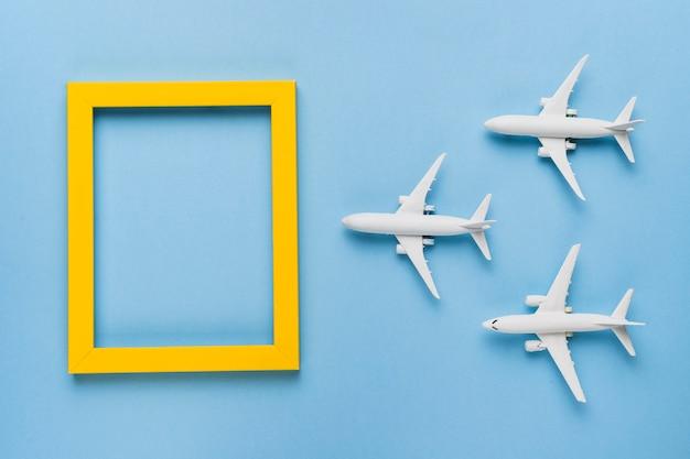 Vliegtuigen vliegen naar de bestemming