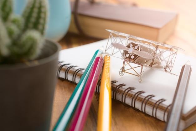 Vliegtuigenjager op open onderwijsboek met abstract licht, het concept van de onderwijsontwerper.