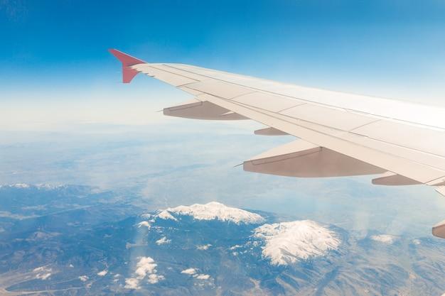 Vliegtuigenvleugel op de wolken