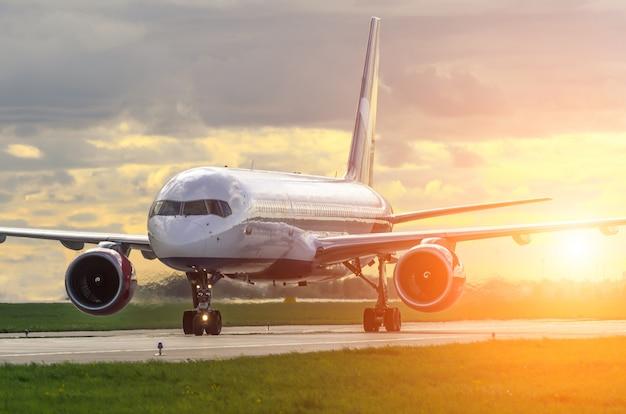 Vliegtuigluchthaven in de hemel bij zonsopgang