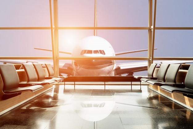 Vliegtuigmening van luchthavenzitkamer in luchthaventerminal.