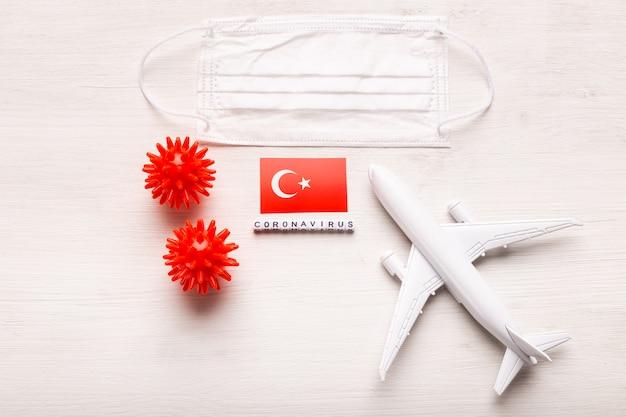 Vliegtuigmodel en gezichtsmasker en vlag turkije. coronapandemie. vluchtverbod en gesloten grenzen voor toeristen en reizigers met coronavirus covid-19 uit europa en azië.