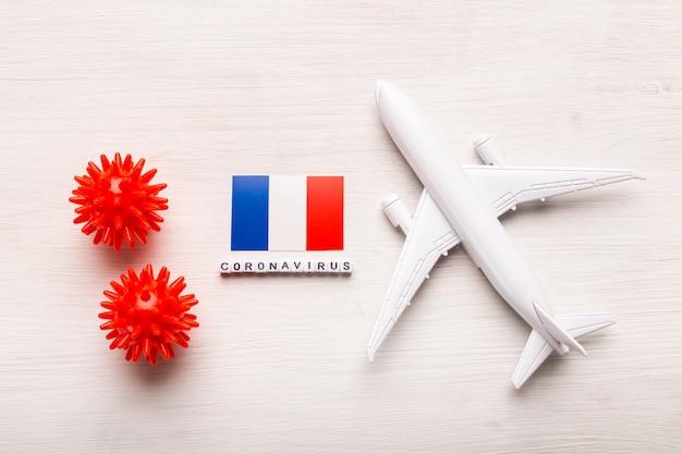 Vliegtuigmodel en vlag frankrijk. coronapandemie. vluchtverbod en gesloten grenzen voor toeristen en reizigers met coronavirus covid-19 uit europa en azië.